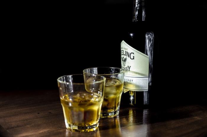 стаканы виски со льдом