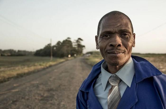 темнокожий человек на просёлочной дороге