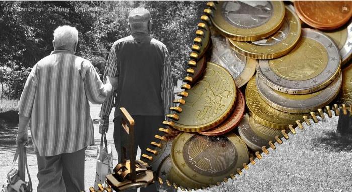 пара пенсионеров и кошелёк с мелочью