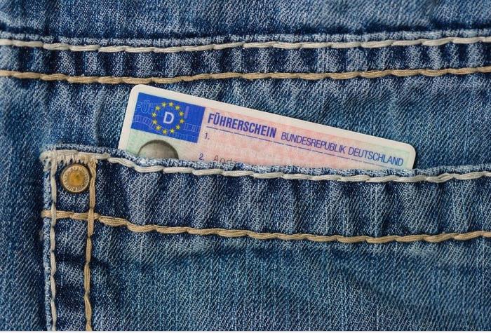 водительское удостоверение в кармане брюк