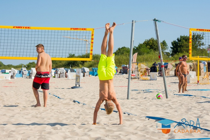 Спортивные соревнования детей на берегу Балтийского моря
